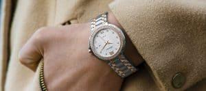 בחורה עונדת שעון